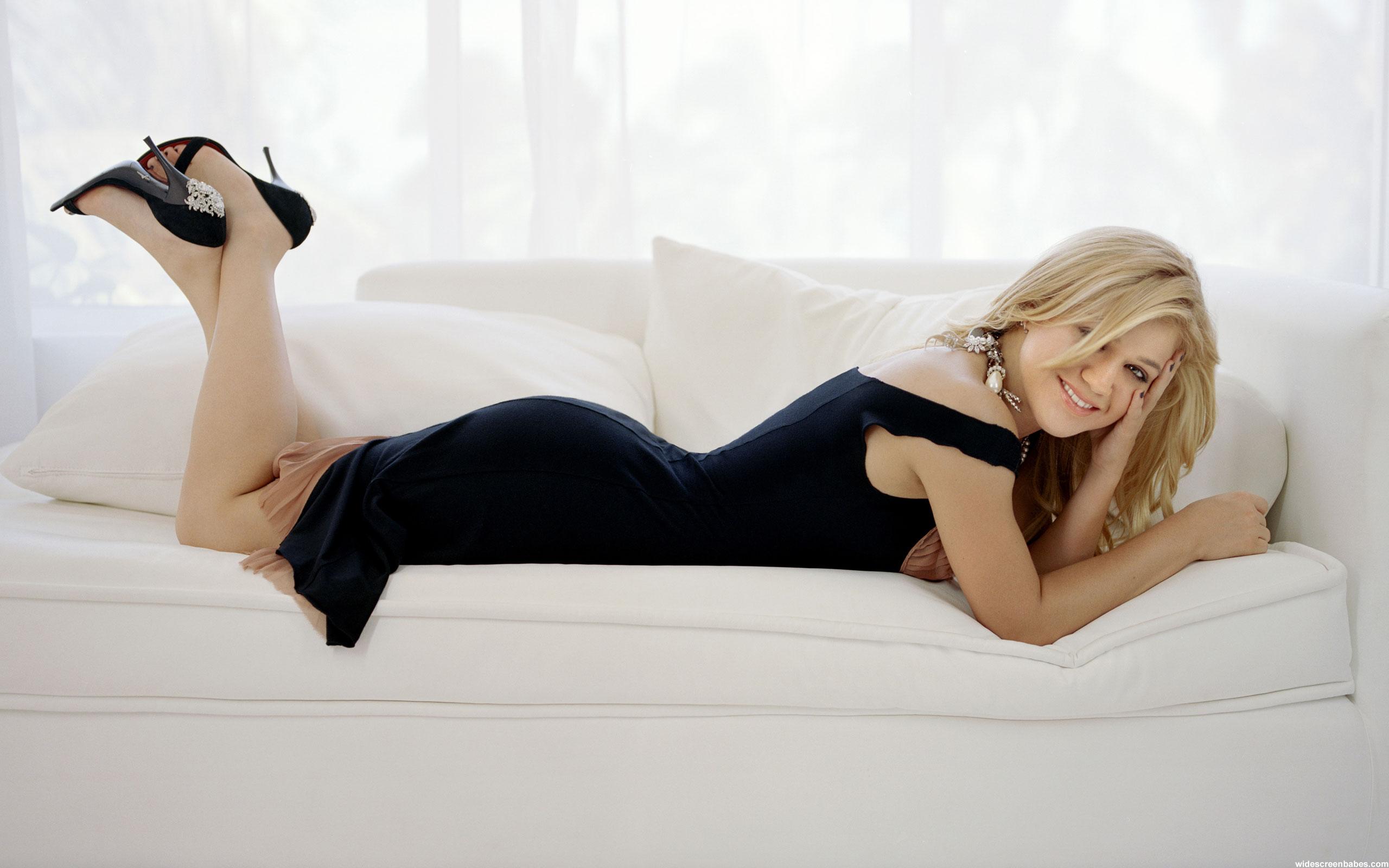 Профессиональные снимки молодой модели на белом диване  552965